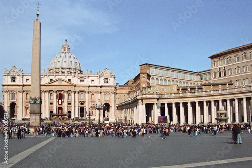 Foto People gather at the St Peter's square to attend the Easter celebration led by Pope Benedict XVI in Vatican city