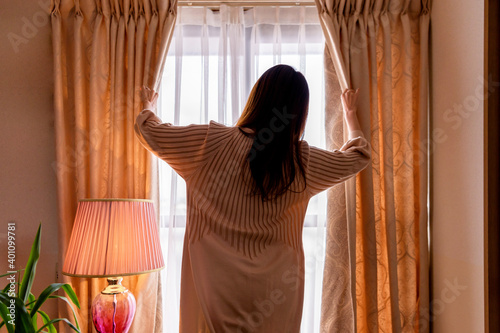 Fotografie, Tablou カーテンを開ける女性の後ろ姿