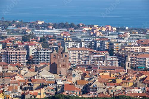 Photo Panorama di Albenga e le sue Torri, sullo sfondo il mare