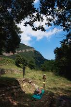 Mujer Estirada En Una Esterilla Haciendo La Siesta Con Vistas A Las Montañas Junto A Una Mesa Cerca De Talaixà En El Parque Natural De L'alta Garrotxa