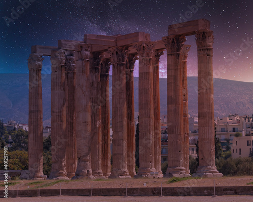 Fotografie, Obraz impressive columns of the ancient Olympian Zeus temple  illuminated by starry ni