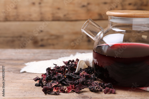 Freshly brewed hibiscus tea on wooden table, closeup Fotobehang