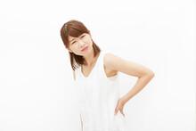女性 白背景 腰痛
