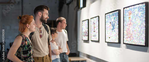 Obraz na plátně Group of friends in modern art exhibition gallery hall contemplating artwork