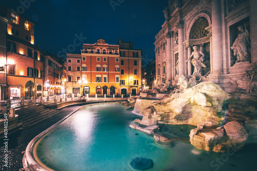 Foto Trevi Fountain in Rome and surrounding streets in the morning and people empty