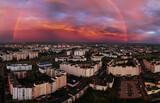 Fototapeta Rainbow - Tęcza po burzy nad miastem z drona