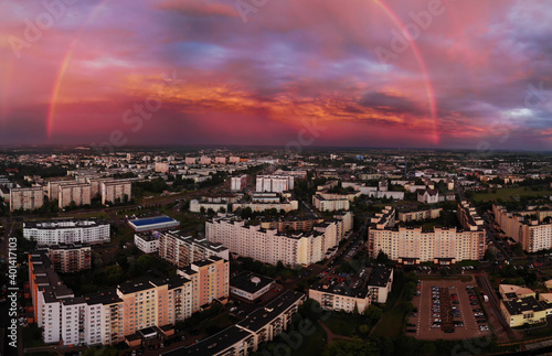 Tęcza po burzy nad miastem z drona