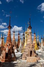 Stupas Du Temple Shwe In Dein Au Lac Inle, Myanmar