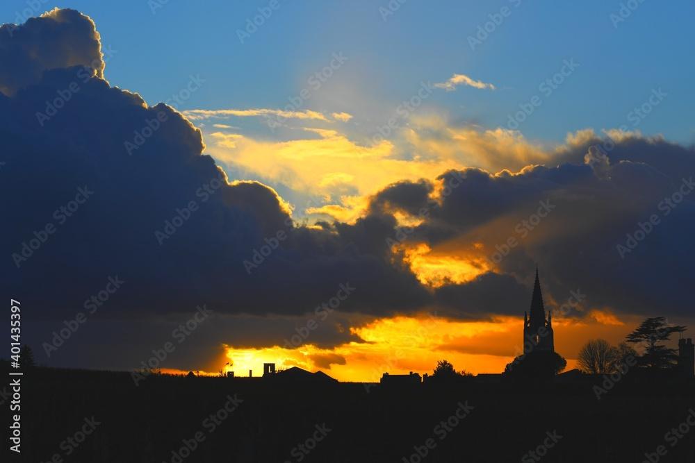 Fototapeta Un ciel menaçant sur Saint Emilion