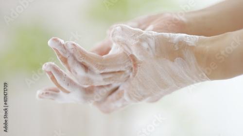 石鹸で手を洗う女性 Wallpaper Mural