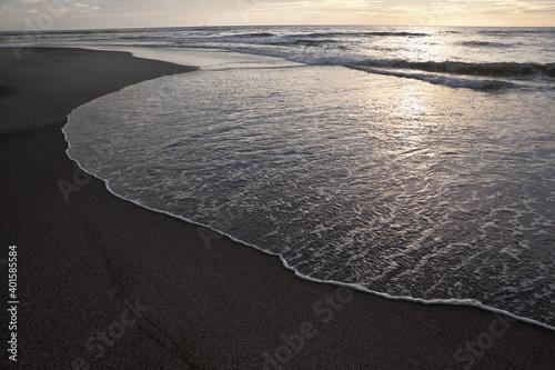 Foto 夕暮れ時の吹上浜に打ち寄せる波