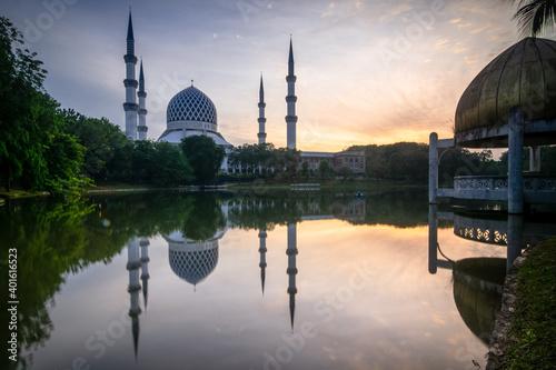 Obraz na plátně Masjid Sultan Salahuddin Abdul Aziz Shah - The Blue Mosque during sunrise