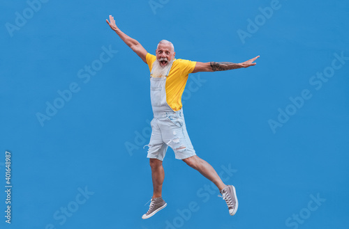 Canvas Print Crazy hipster senior man jumping outdoor - Joyful elderly generation concept