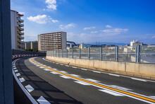 カーブの先に広がる大阪湾岸エリアの都市風景