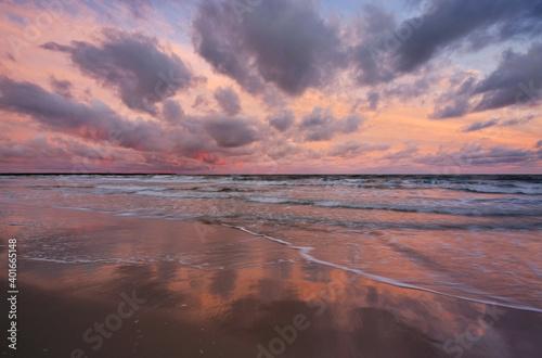 Fototapeta Kolorowy wschód słońca nad Bałtykiem, wybrzeże Morza Bałtyckiego ,Kołobrzeg, Polska. obraz