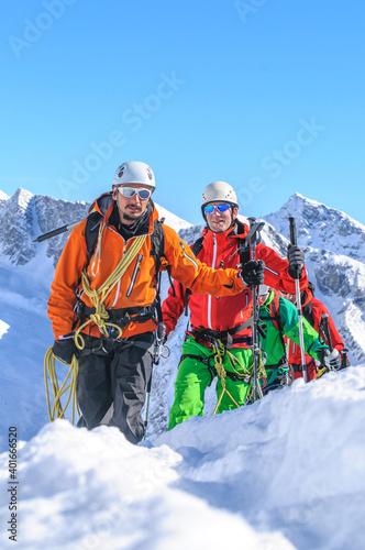 Obraz na plátně Bergführer mit Seilschaft im winterlichen Hochgebirge