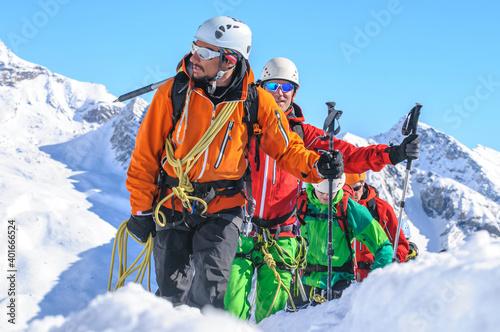 Foto Eine Seilschaft im winterlichen Hochgebirge anführen