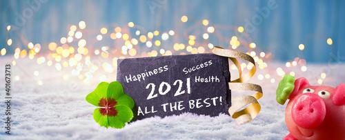Frohes Neues Jahr 2021 - Karte zum Neujahr mit Glückwünschen, Glücksklee und Glücksschwein im Schnee, englische Sprache