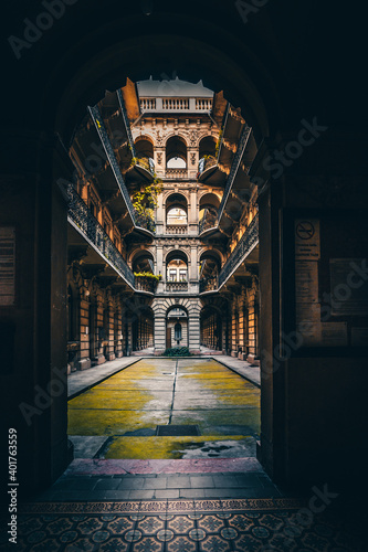 The famous and well-known courtyards and backyards in the Jewish district of Budapest in Hungary Fototapet