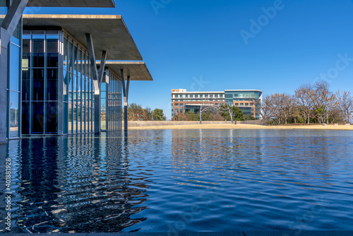 A beautiful shot of the Fort Worth Art Gallery across the lake Fototapeta