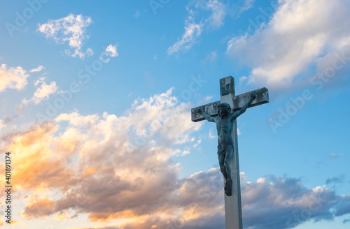 Photo Jesus Christ on the cross against dramatic cloudy sky, at sunset