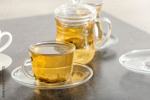 Obraz Cups of green tea and teapot on table - fototapety do salonu