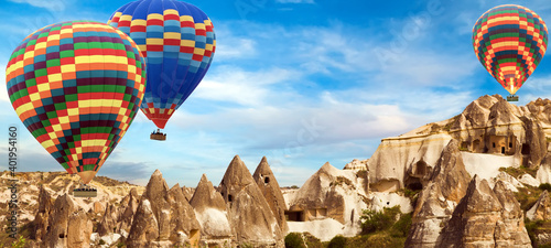 Foto Hot Air balloons flying tour over Cappadocia landscape valley in Goreme village