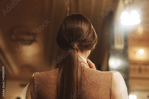 Fotografía Evening hairstyle for women. Back view. Gold shades
