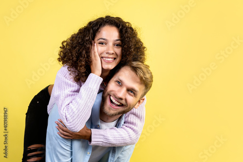 Photo Mixed race friends standing on yellow background