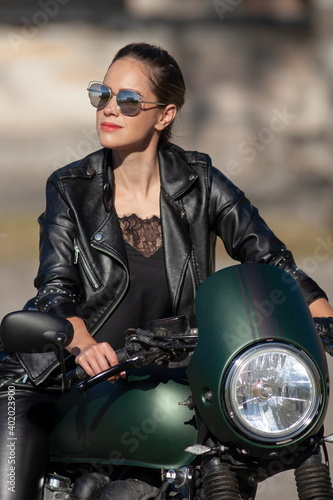 Photo woman in black with a motorcycle