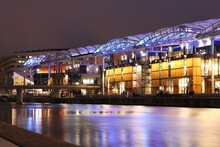 Le Centre Commercial Lyon Confluence, Vu De L'extérieur La Nuit, Ville De Lyon, Département Du Rhône, France