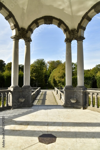 Les double colonnes supportant les arcades du Pavillon des Sept Etoiles au parc Fotobehang