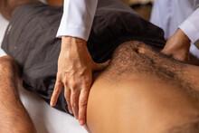 Detalhe De Mãos De Fisioterapeuta Fazendo Massagem Em Barriga De Paciente.