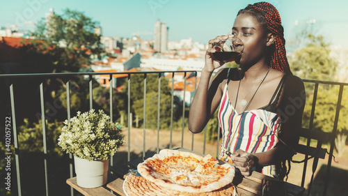 Photo A portrait of a young dazzling black woman drinking red wine from the glass whil