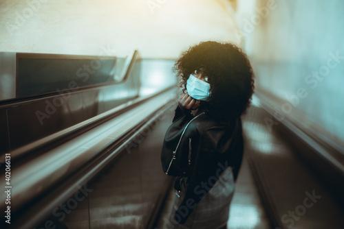 Fotografia True tilt-shift portrait of a black female in a virus protective facial mask, de