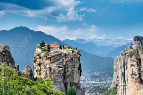 Foto The Meteora is a rock formation in central Greece hosting one of the largest and most precipitously built complexes of Eastern Orthodox monasteries