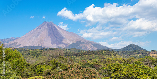 Foto landscape with plants and the Colima volcano in the background, blue sky