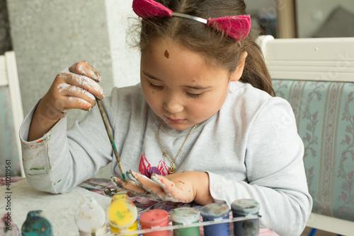 Valokuva Pretty little asian girl make paintings at class room in lockdown