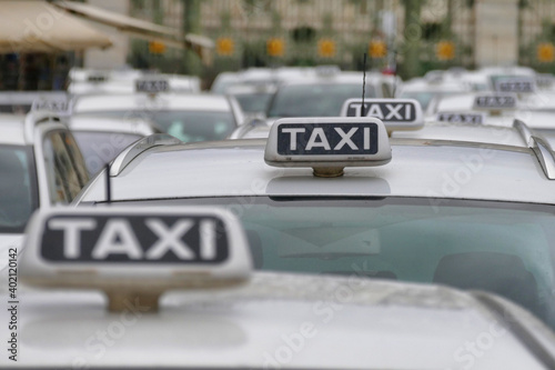 Papel de parede A closeup shot of taxi cabs parked in rows waiting for customers