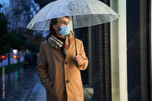 Obraz Man wearing protective mask looking at the showcase - fototapety do salonu