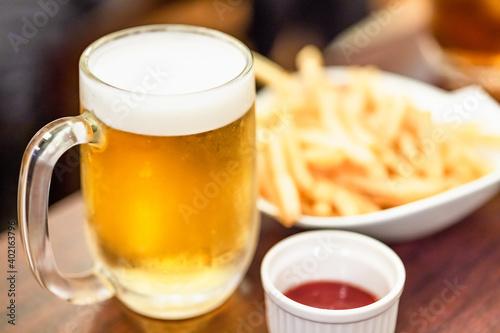 飲み会で定番のビールとフライドポテト