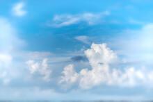 Nuvens Com Céu Azul Em Dia Ensolarado E Nuvens Brancas E Cinzas