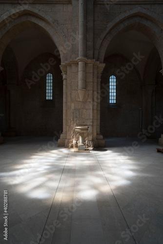 Fotografia Riflesso sul pavimento del rosone della chiesa esattamente davanti l ' acquasant
