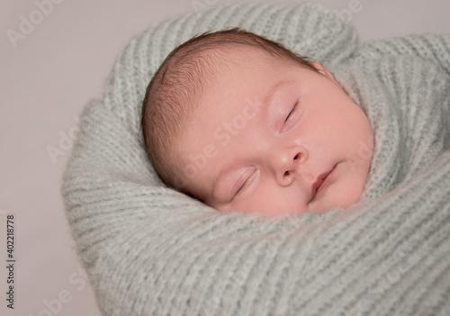 Fototapeta noworodek w chuście obraz