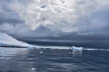 Hielos A La Deriva En La Antártica En Un Día Nublado