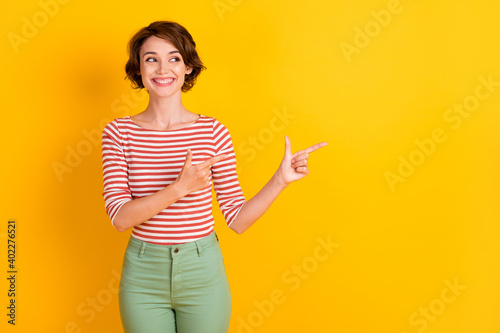 Fotografia Portrait of person in good mood toothy smile arms finger direct empty space isol