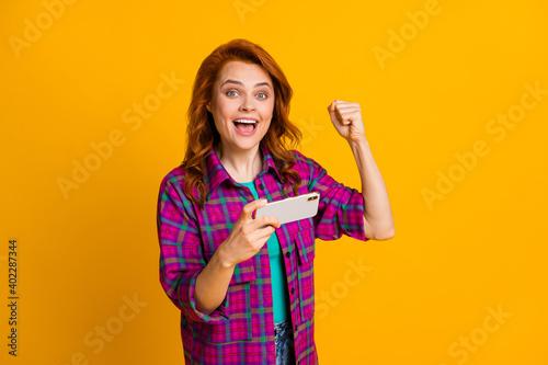Billede på lærred Photo of impressed gamer person fist up open mouth magenta plaid clothing isolat