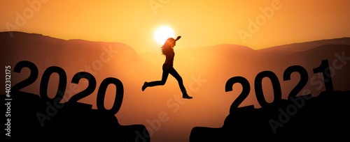 Sprung zum Jahreswechsel von 2020 zu 2021 mit Jahreszahl © by-studio