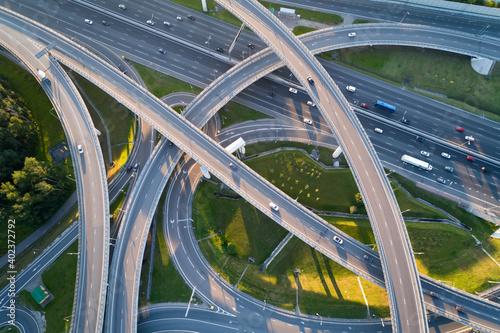 Foto A modern flyover road junction in a large megapolis