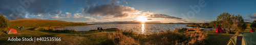 Foto Panoramic view of lake Myvatn in Highlands of Iceland with camping tents at campsite during amazing sunset in summer, Iceland